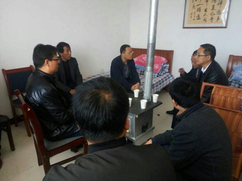 张亮与临洮县畜牧局等单位工作人员深入贫困村,探讨产业扶贫工作,听取收集基层意见。