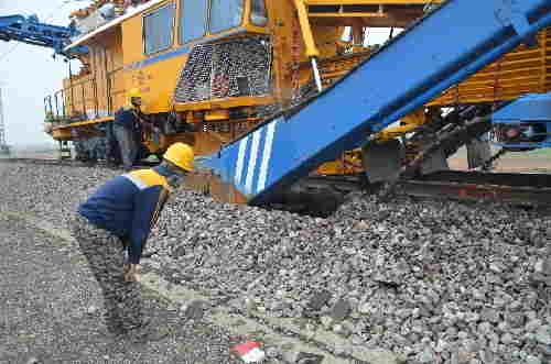 兰铁兰州工务机械段:烈日下清筛作业有序推进