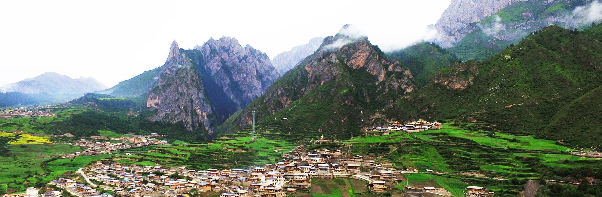 """雨後""""遺世""""藏寨風情——迭部扎尕那"""