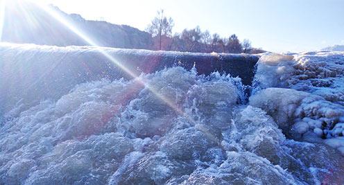 隆暢河冰瀑美不勝收
