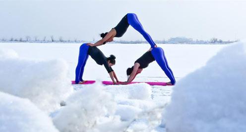 甘肅張掖:三九時節 冰天雪地秀瑜伽