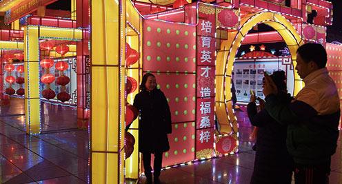 甘肅張掖:公益燈展放異彩