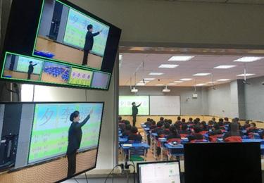 東鄉縣幸福小學教師在錄播室給學生們上課