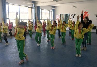 東鄉縣幸福小學學生在上舞蹈課