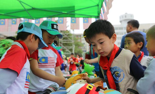 """兰州小学生欢庆""""六一""""儿童节 义卖活动献爱心"""