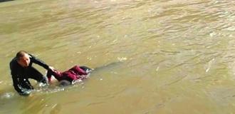 市民拍下短視頻 記錄封小勇河中救人細節