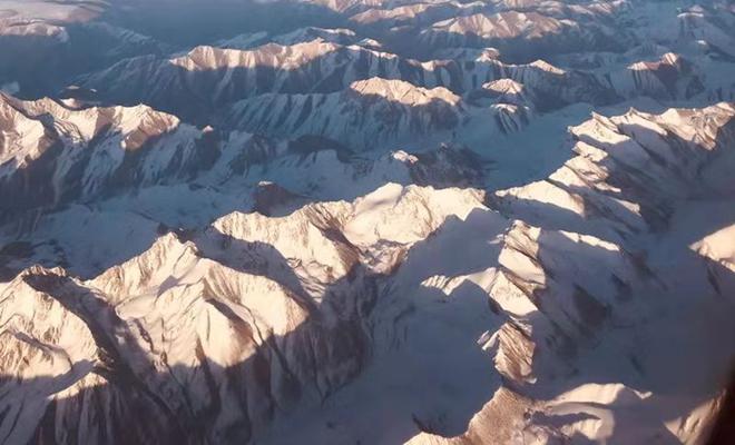 航拍银装祁连山:雪光粼粼 奇丽壮观