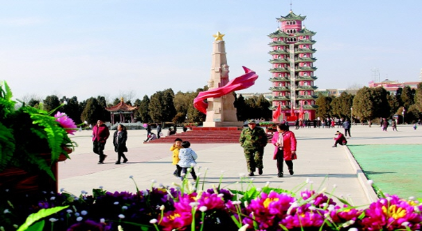 游客在红军会宁会师旧址参观