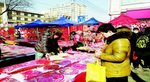 春节临近 市民纷纷购买新春装饰品