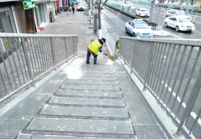 城关环卫清雪作业要求高限时路净不留死角