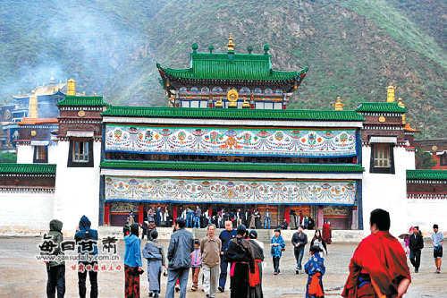 众多游客在拉卜楞寺参观游览